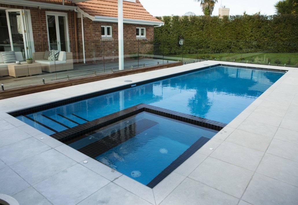 Una piscina es un elemento fundamental en un chalet