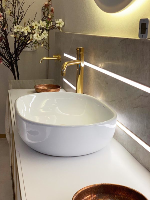 lavabo y grifo dorado en el hamman del proyecto interiorismo centro wellness dr Serrano en Valencia