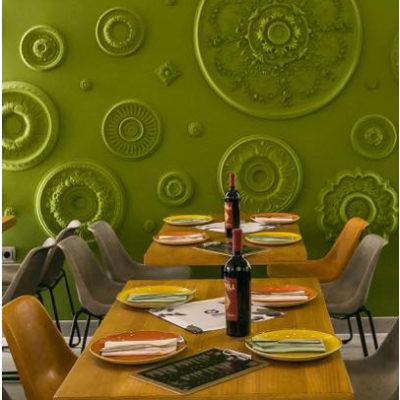 Detalle de pared decorada con molduras del restaurante Mondo en San Viçent del Raspeig