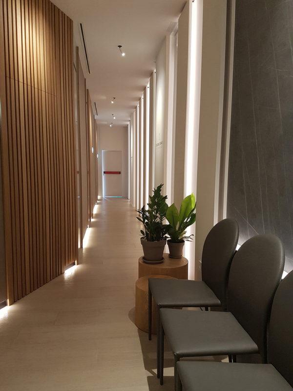 vista del pasillo de boxes del proyecto interiorismo clinica sesderma en valencia