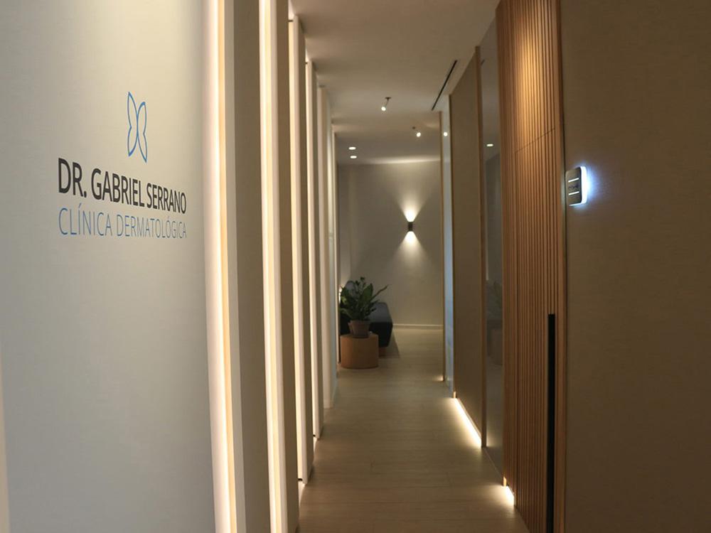 vista del pasillo del proyecto interiorismo clinica sesderma en valencia