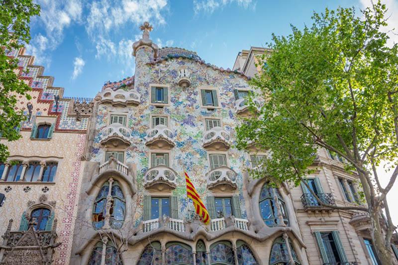 Fachada de uno de los edificios diseñados por Gaudi en Barcelona
