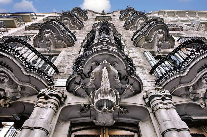 Balcones de la fachada del edificio diseñado por Gaudí en Barcelona