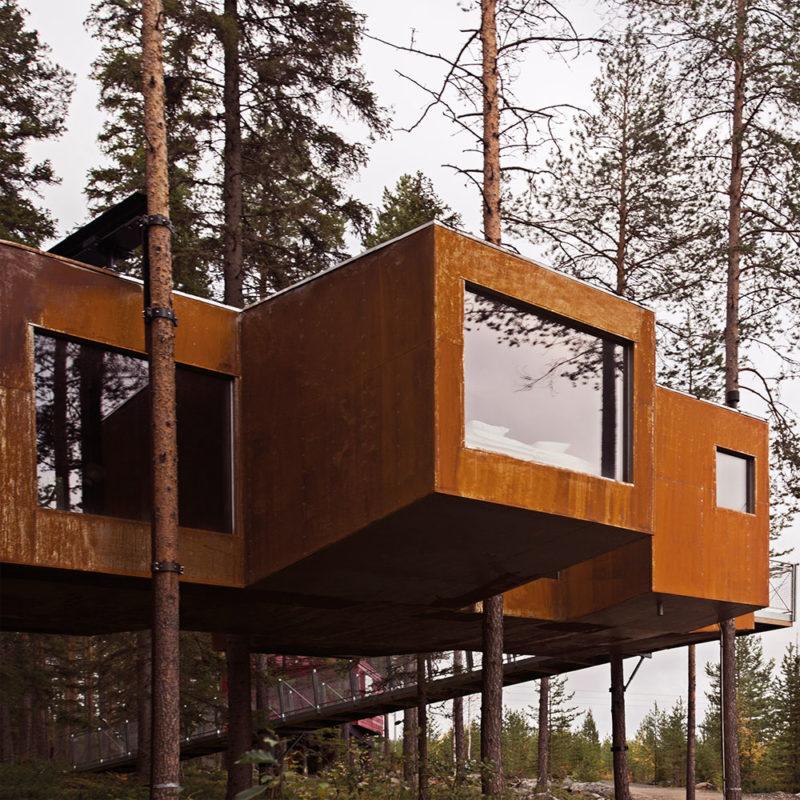 Cabaña de diseño en el arbol con formas cuadradas