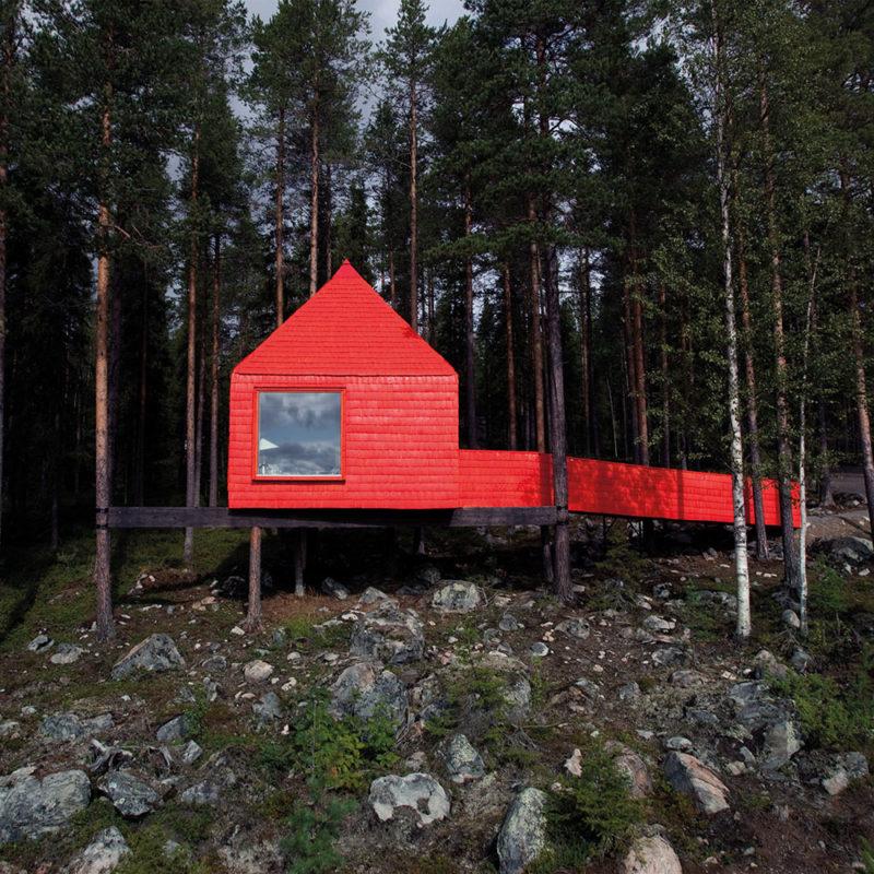 Casa en el arbol de color rojo