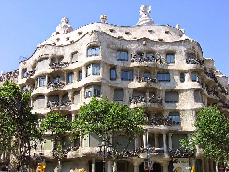 Fachada con líneas curvas del edificio diseñado por Gaudí en Barcelona