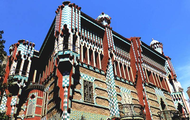 Edificio estilo modernista diseñado por Gaudí en Barcelona