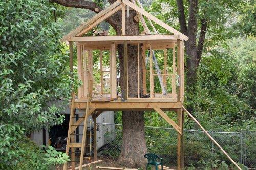 Casa en el arbol simple para niños con vigas de madera