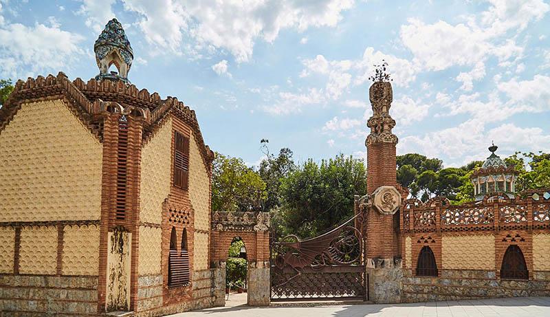 Entrada pabellón Güel diseñado por Gaudi en Barcelona