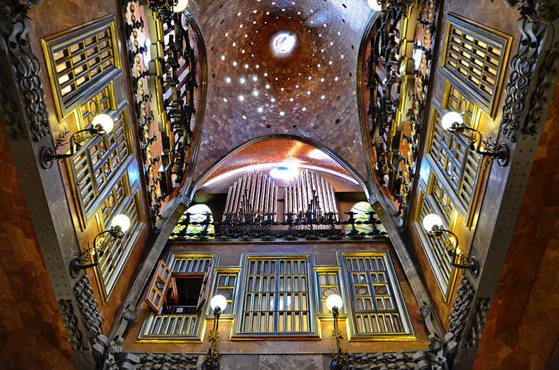 Interior del Palacio Güel en Barcelona diseñado por Gaudí