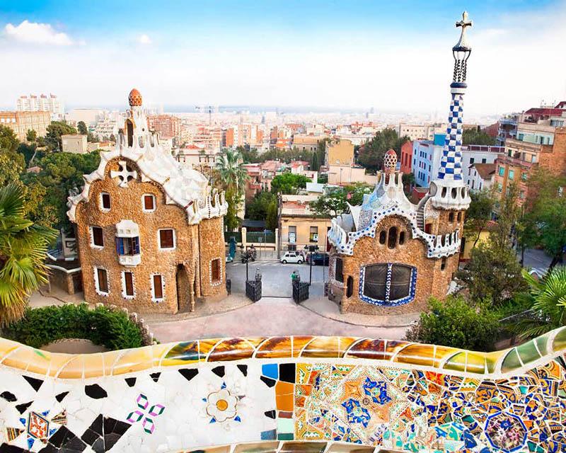 Vistas de la entrada Parc Güell diseñada or Gaudí con
