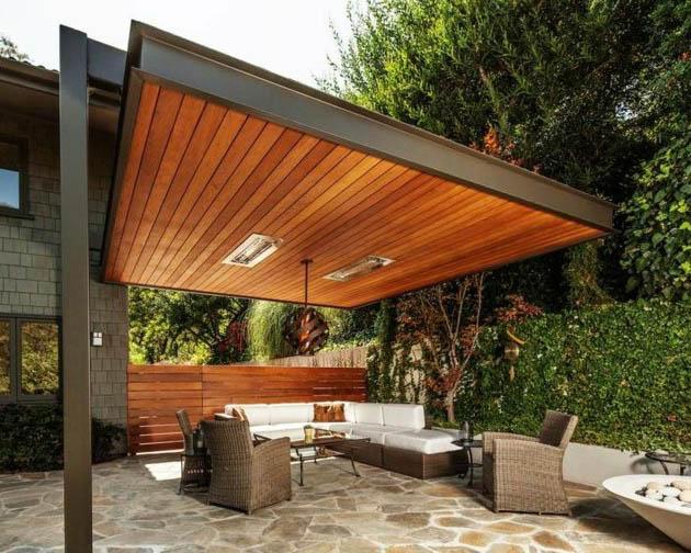 Terraza con pérgola de madera y sofas de exterior