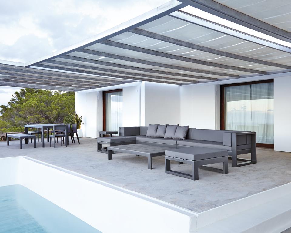 Piscina blanca con terraza en tonos grises