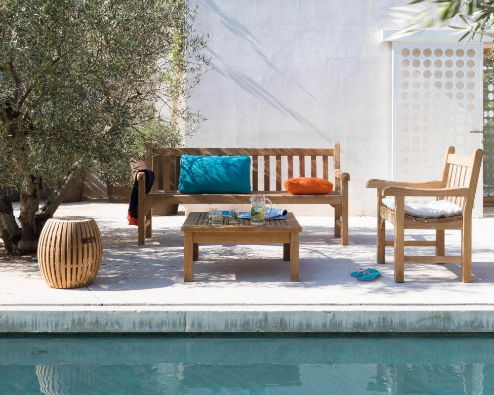 Piscina con mobiliario exterior de madera clásico