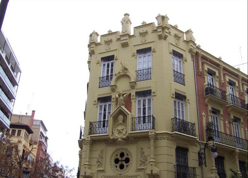 fachada de un edificio de valencia con estilo medievalismo fantástico