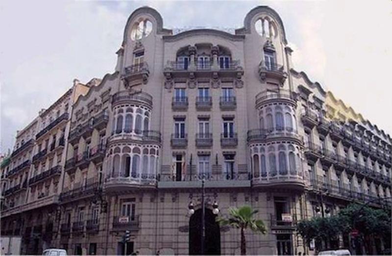 Gran fachada de un edificio de Valencia