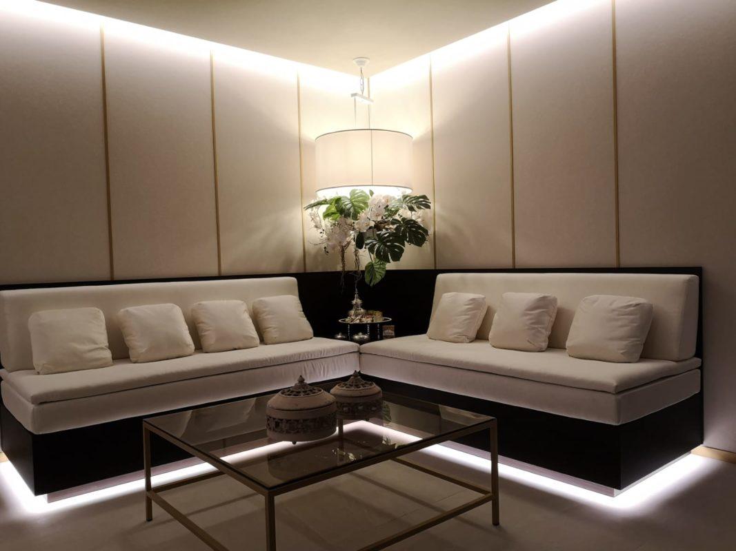 Sofa con lampara en la esquina Centro Wellness
