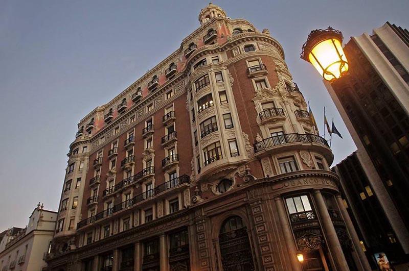 gran fachada de un edificio alto de Valencia  modernista
