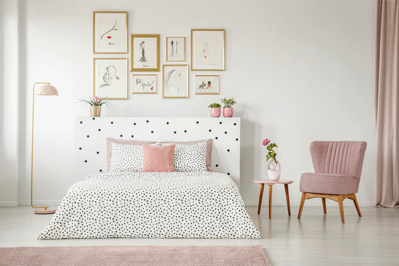 Decoración con cama y mobiliario en color blanco y rosa