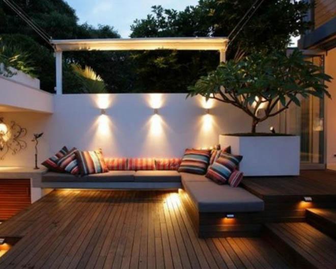 sofa en terraza exterior iluminado