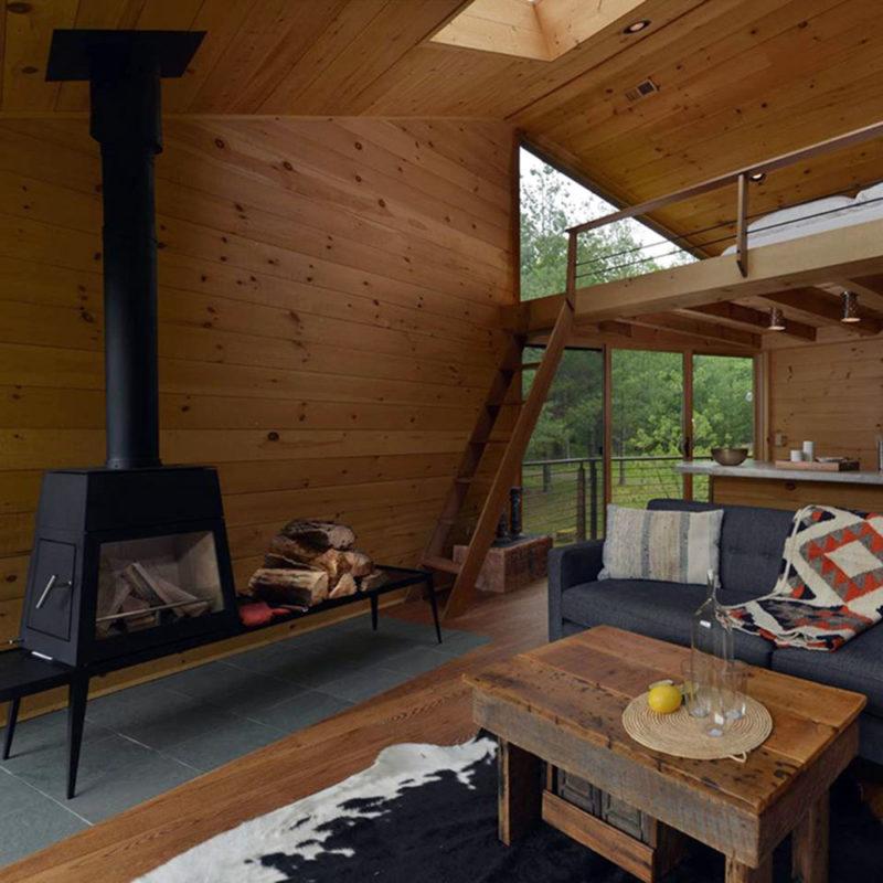 Chimenea de casa del arbol de madera