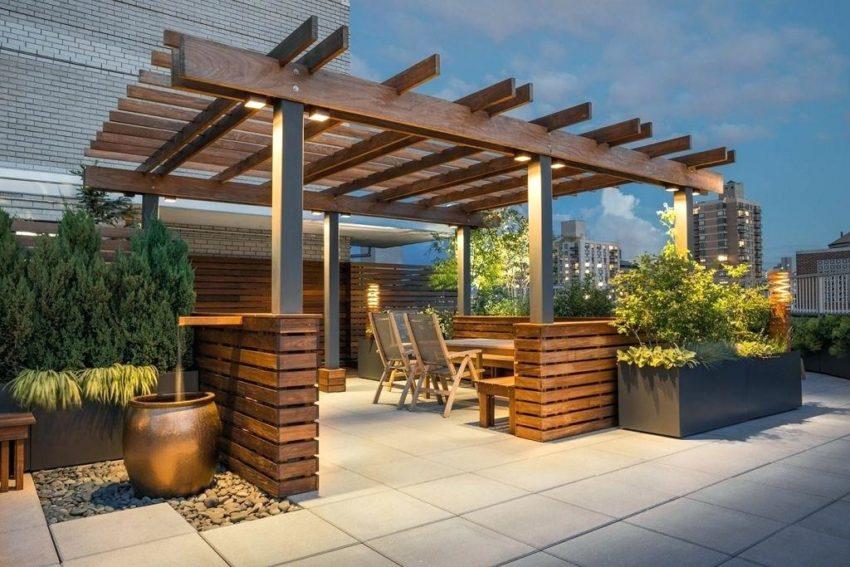 Terraza de madera anocheciendo iluminada