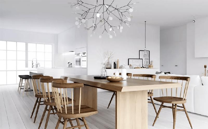 Mesa marrón claro en cocina con paredes blancas