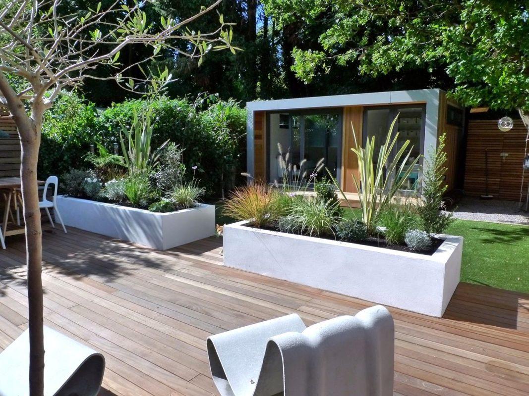 muebles de terraza junto a plantas tropicales