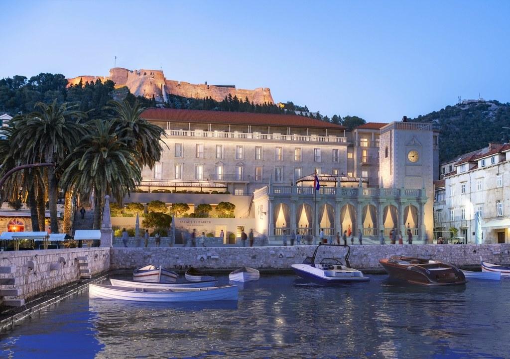 Hotel junto al mar mediterraneo con barcos