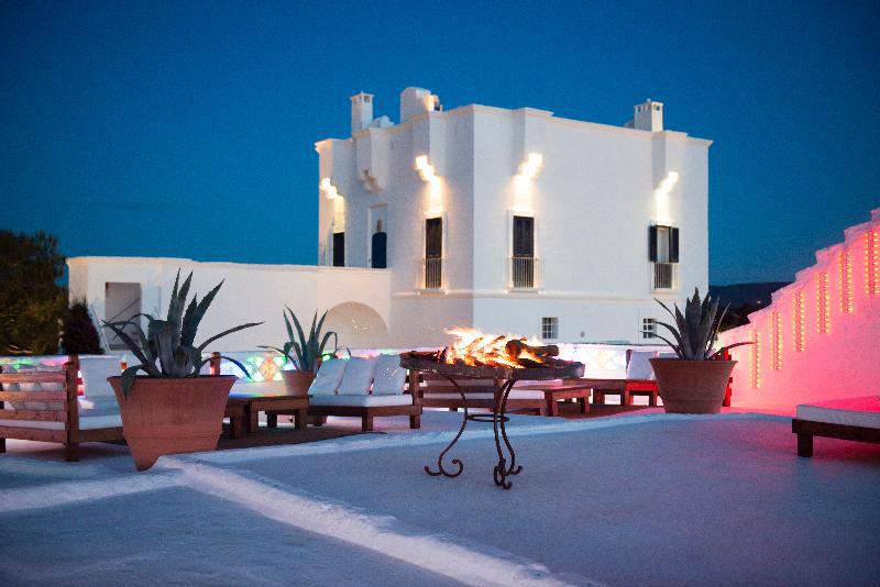 hotel blanco con limuniacion de colores exterior