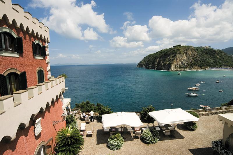 Hotel en el acantilado con vistas al mar