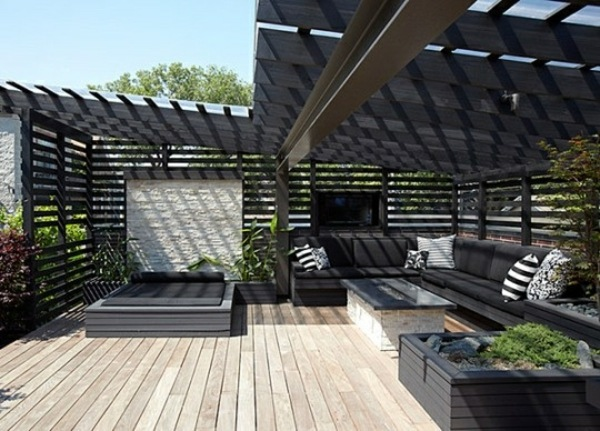 Mobiliario de terraza en tonos oscuros y madera