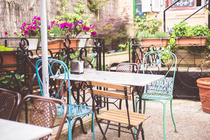 sillas coloridas con mesa estilo parisino
