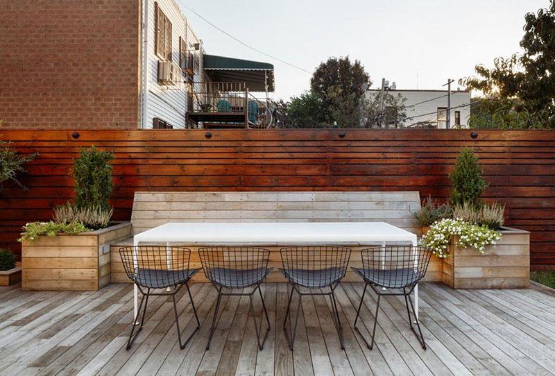 mobiliario rustico en terraza de madera