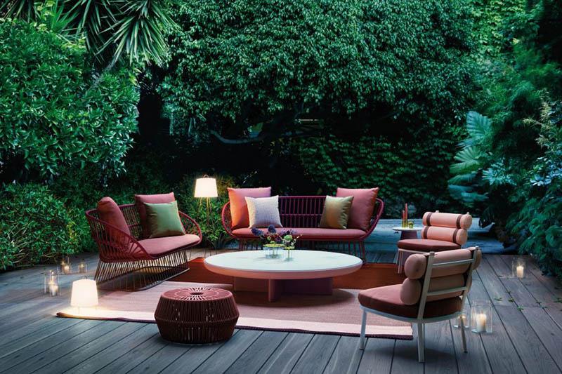 sofas de exterior rodeados por plantas tropicales