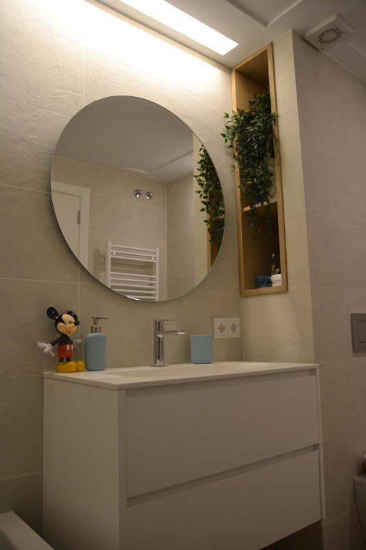 Lavabo con espejo redonde y muñeco de Mickey Mouse