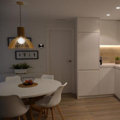 mesa de comedor integrada en la cocina