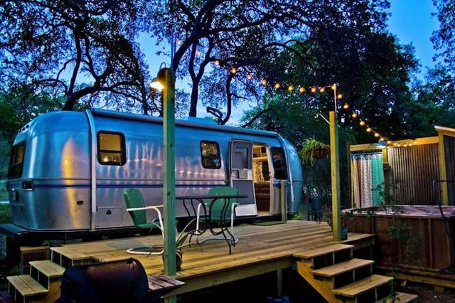 Caravana con terraza de madera