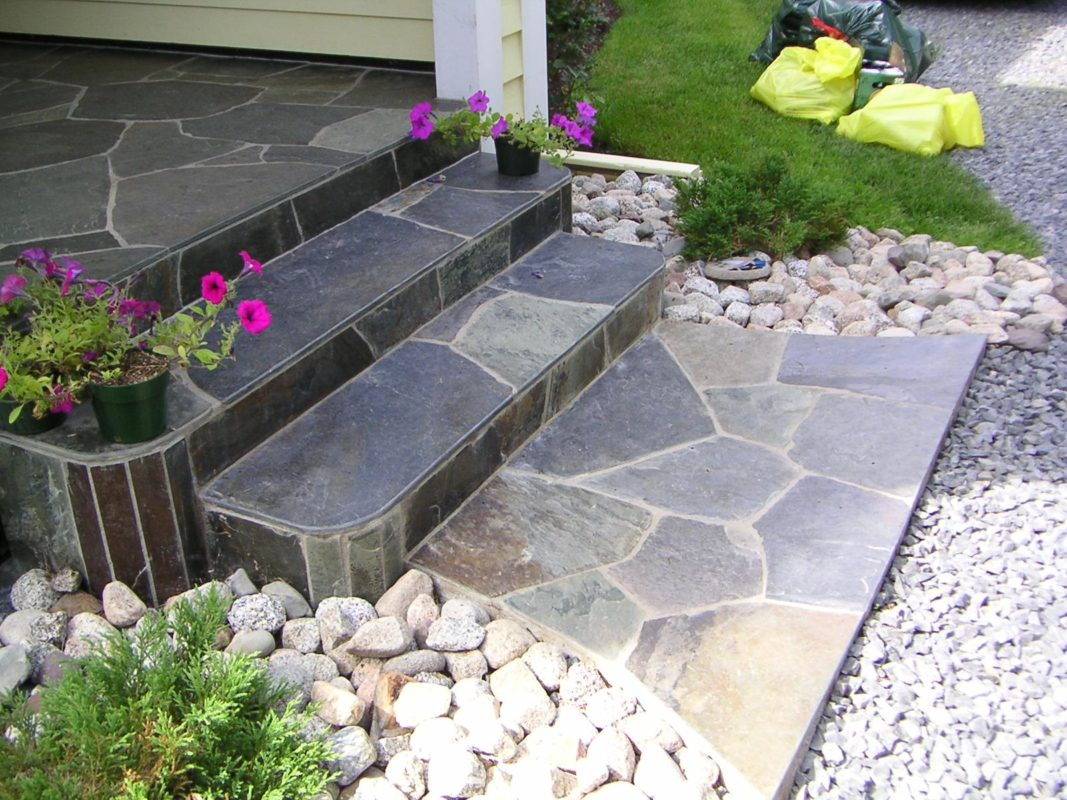 piedra natural en escaleras de jardin