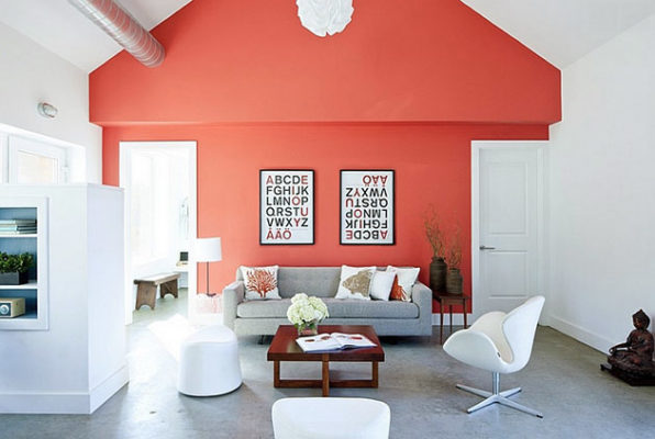 sofa gris con pared en color living coral