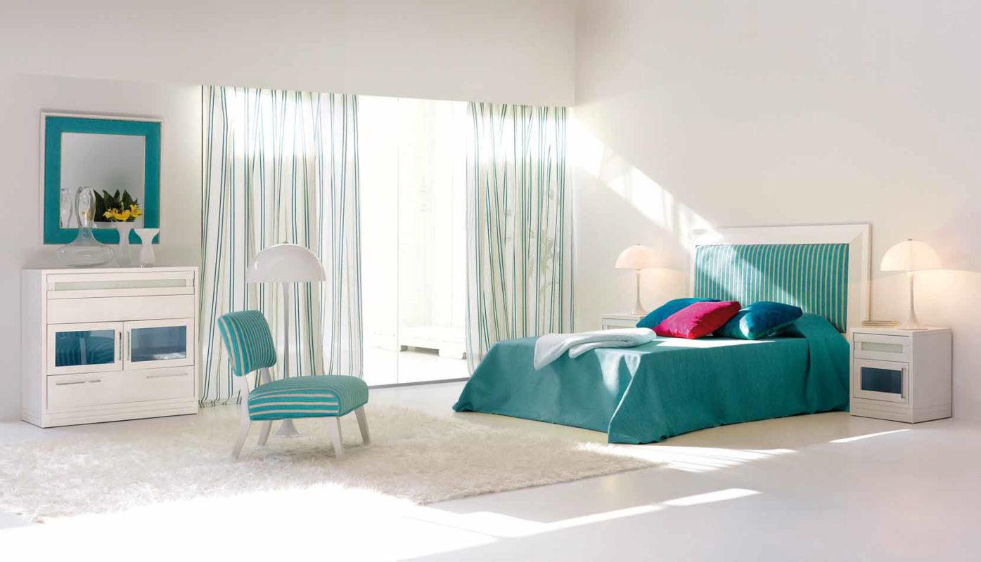habitacion blanca con tejidos en azul tuquesa