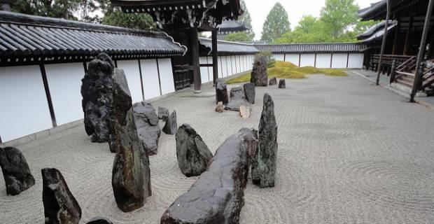 piedras grandes en jardin zen
