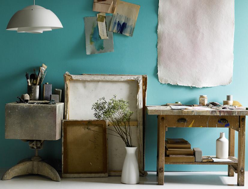 pared azul tuqruesa con muebles rusticos