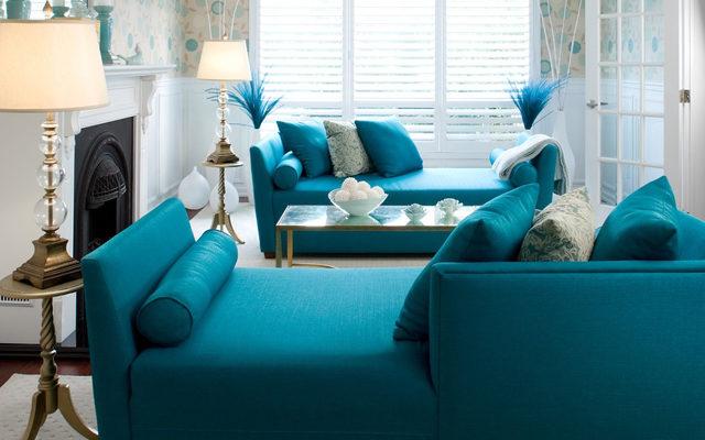 sofa azul turquesa en salon