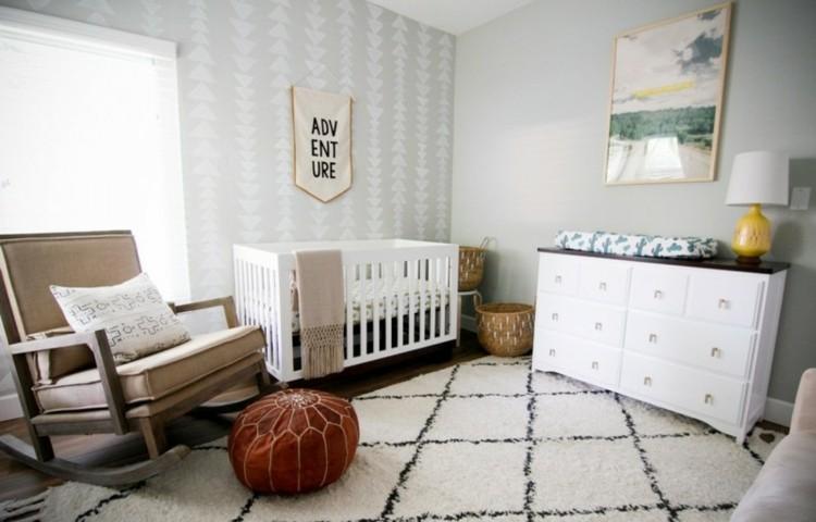 Habitacion de bebe con sillon, cama y alfombra