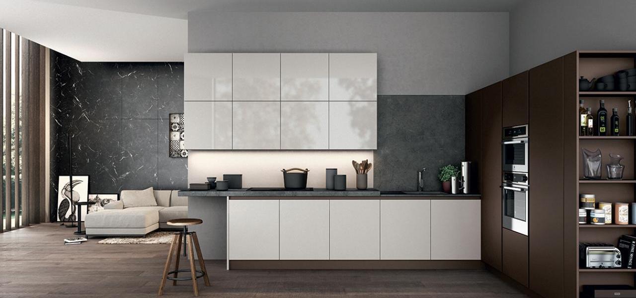 Cocina grande con muebles blancos y paredes grises