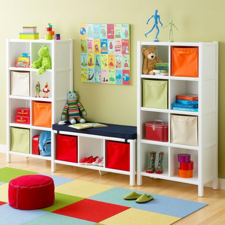 Estanteria infantil de colores con objetos de decoracion
