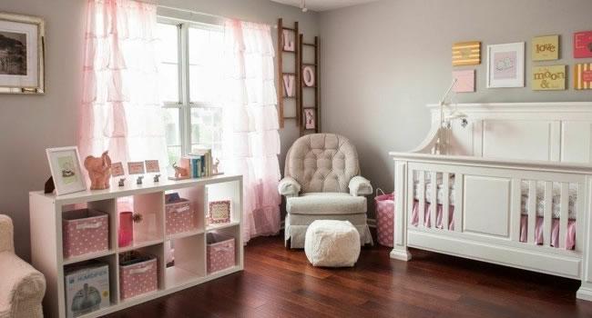 Habitacion de bebe con cuna y estanteria en suelod e parquet