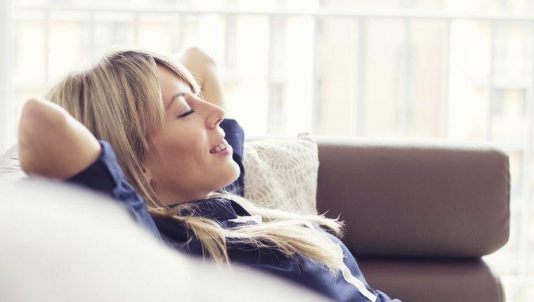 Mujer relajada en sofa