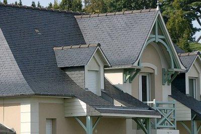 chalet grande con tejado de pizarra